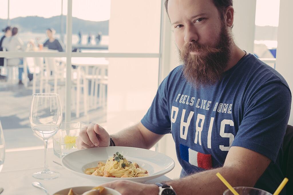 O senhor que vos escreve a degustar um dos pratos da carta (Foto: Rafa Pires)